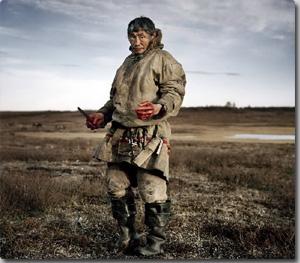 西シベリアの北極海に面したツンドラ地帯を生活の場とするネネツ族 は、有史以前からシベリアに暮らし、400年のロシア支配にもたえながら、今尚この地で暮らしている。