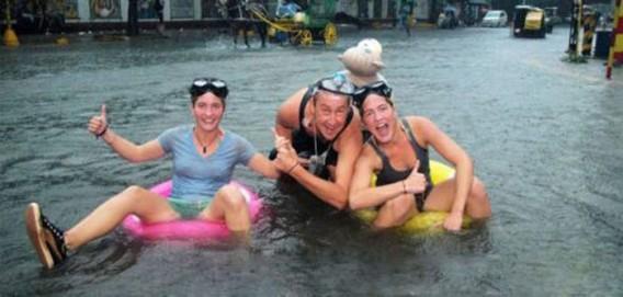 雨ニモマケズ、洪水ニモマケズ。開き直って洪水をポジティブに楽しむ世界の人々がいる28の風景
