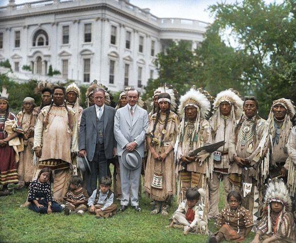 1920年代頃のアメリカ先住民たちの写真をカラー化。ホワイトハウスに集まる各部族の代表たち。