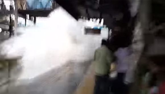 インドの列車が軽くスプラッシュマウンテン超え。浸水もなんのその、通常運行でホームに入る列車の光景(インド)