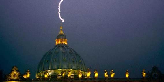 偶然にしてはあまりにも劇的。ローマ法王が突然の退位表明した日、大聖堂に雷が落ちる