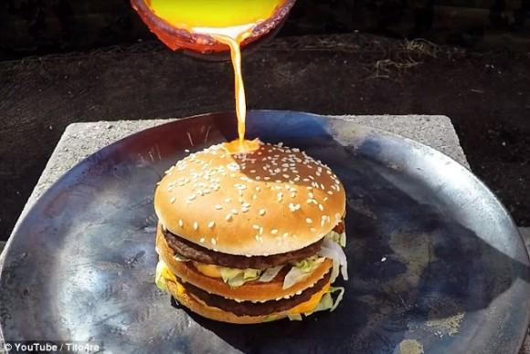 マクドナルドのビッグマックに1085度に熱した溶解銅を注ぐとどうなるのか?