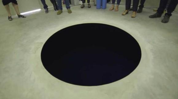 ブラックホールすぎて負傷者が!超黒色塗料「ベンタブラック」で