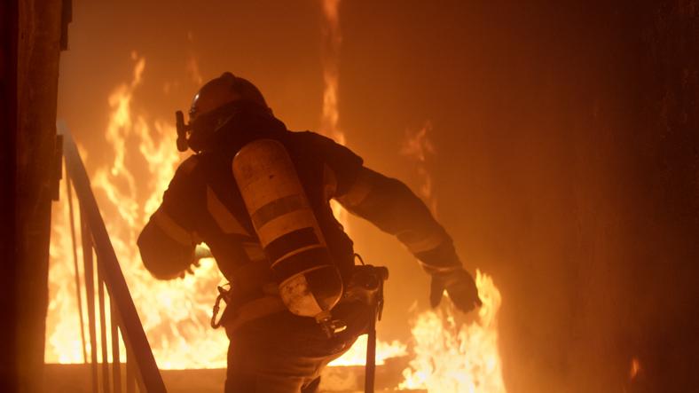 コロナ最前線で働く看護師、命がけで助けてくれた消防士と37年ぶりに奇跡の接触(アメリカ)