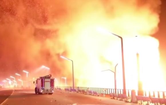 ファイアーッ!新年を祝うビーチで焚火イベント、炎が暴走して火炎旋風になっちまった件(オランダ)