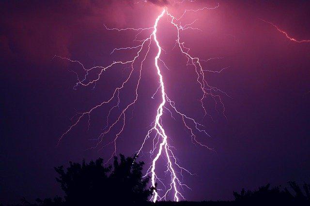 自撮りをしていた若者、雷に打たれて16名が死亡(インド)