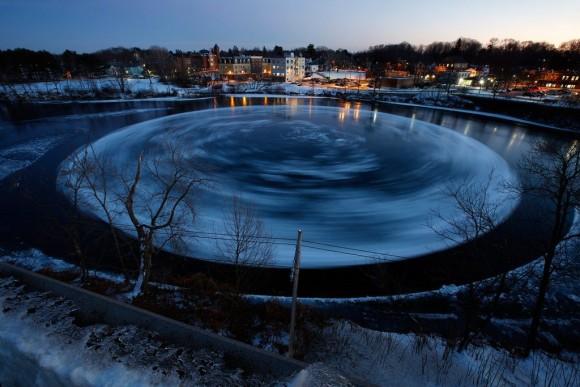 これはいったい?川の水面に出現した回転する巨大な氷の円盤の謎(アメリカ)