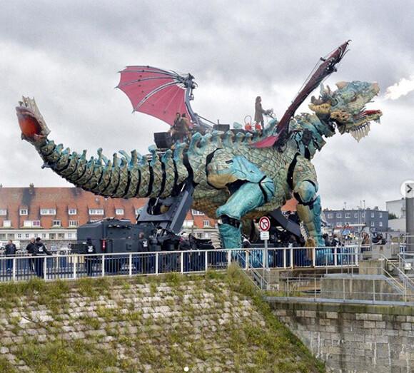 圧巻!機械仕掛けの巨大ドラゴンがフランスの町に出現。ラ・マシンの最新作がお披露目
