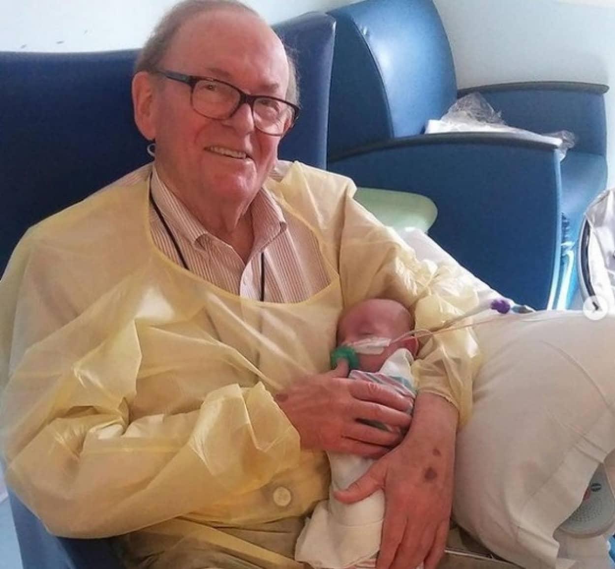 病気の新生児に無償の愛を与え続けたおじいさん