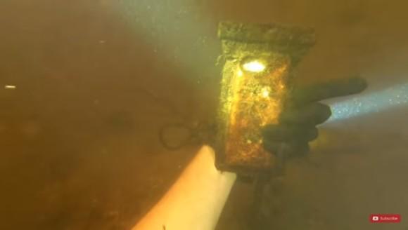 1年以上川底に沈んでいたiPhoneを発見。防水ケースに守られ完全起動。亡き父の思い出とともに持ち主に帰る