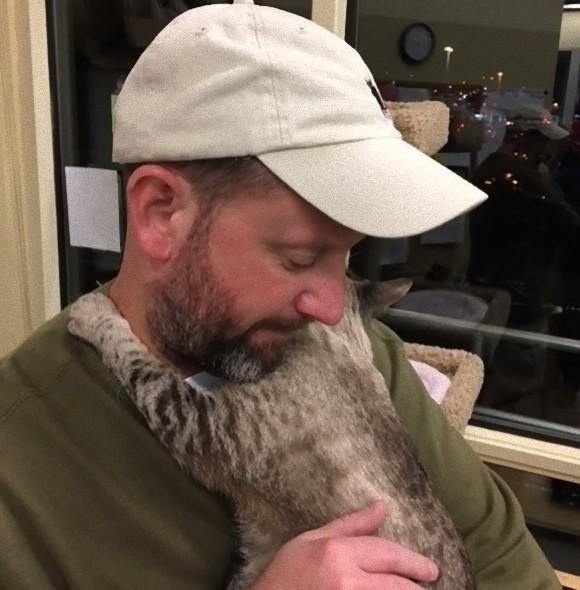飼育放棄され人間におびえていた猫が心を開くまで