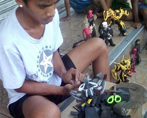 これは良い廃物利用。古いビーチサンダルでアクションフィギュアを作る建設作業員(フィリピン)