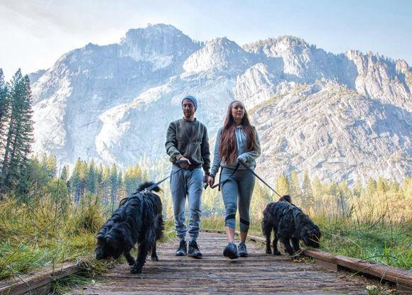 砂漠に捨てられていた2匹の犬を発見した男性。犬を仲間に加え全米横断冒険の旅へ(アメリカ)
