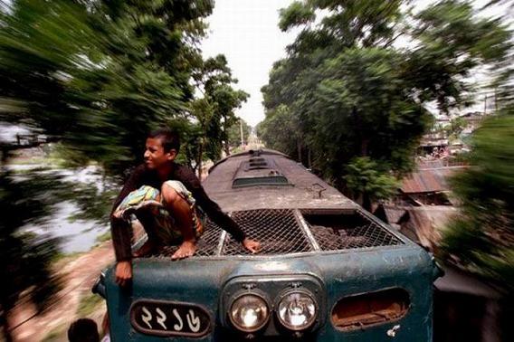 harrowing_bangladesh_train_hopping_images_10