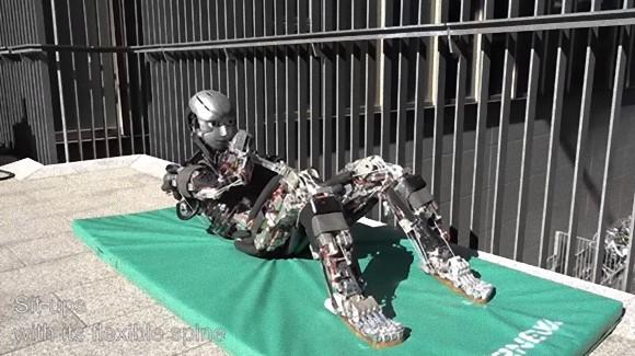 汗をかくヒューマノイドロボット「ケンゴロウ」がさらに進化。ますます人間らしい動きになって腕立て・腹筋をこなすぞ!