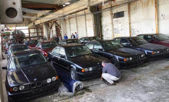 倉庫に眠っていたのは、30年前の未使用のBMW5シリーズ E34だった!(ブルガリア)