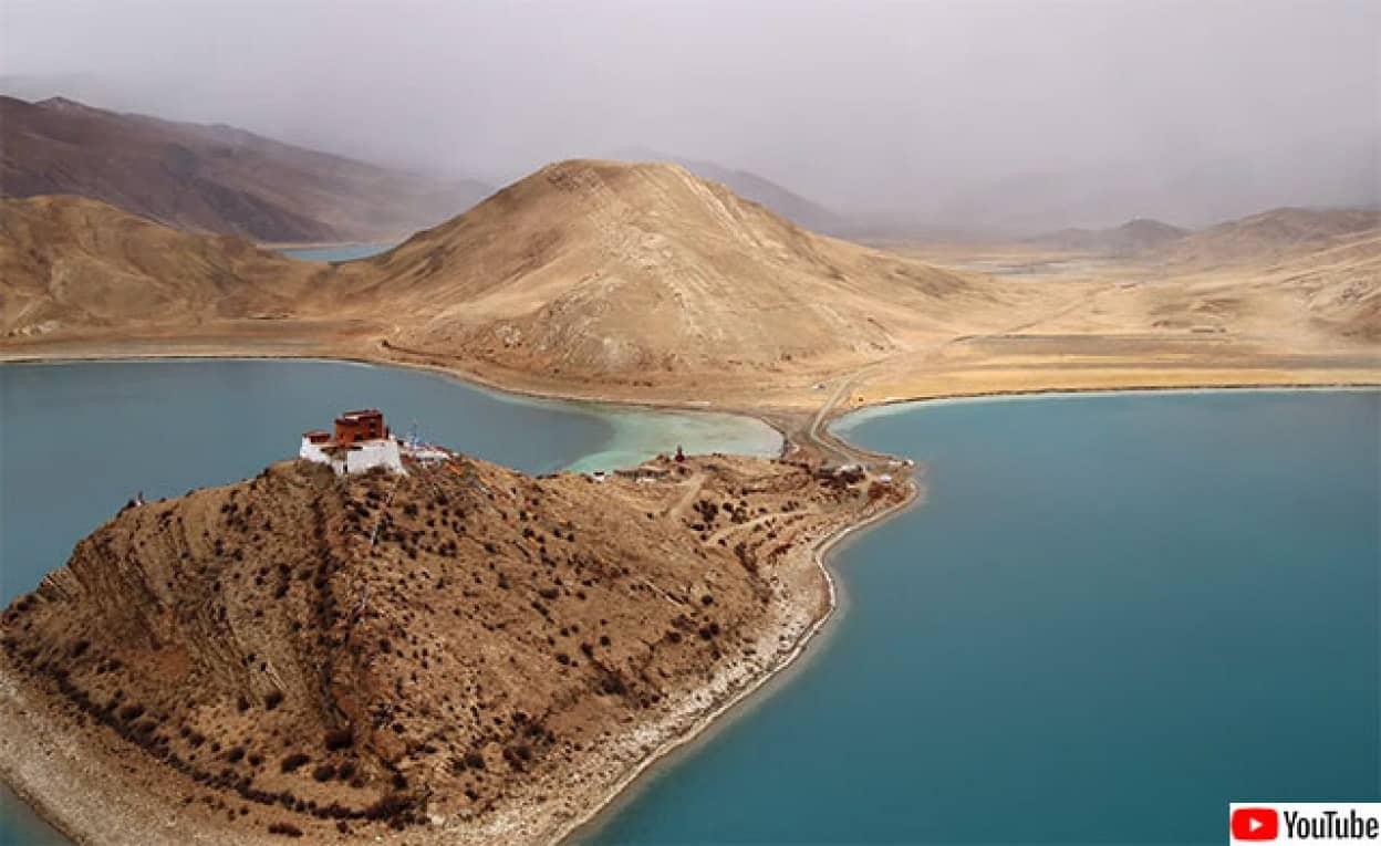 湖に囲まれた小さな島にポツンと1つだけある寺(チベット)