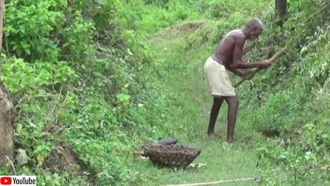 たった一人で村に水路を作った男性