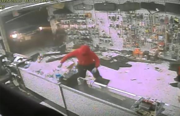 盗んじゃえばこっちのもの?ガンショップを襲った窃盗グループの手口が大雑把&ダイナミック