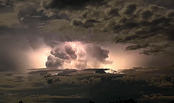 畏怖と畏敬が交差する。オーストラリアで発生した嵐雲とそれを照らし出す雷のタイムラプス映像