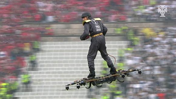 未来キター!ホバーボードに乗ったスタッフが上空から舞い降りてボールを受け渡す衝撃的瞬間(ポルトガル)