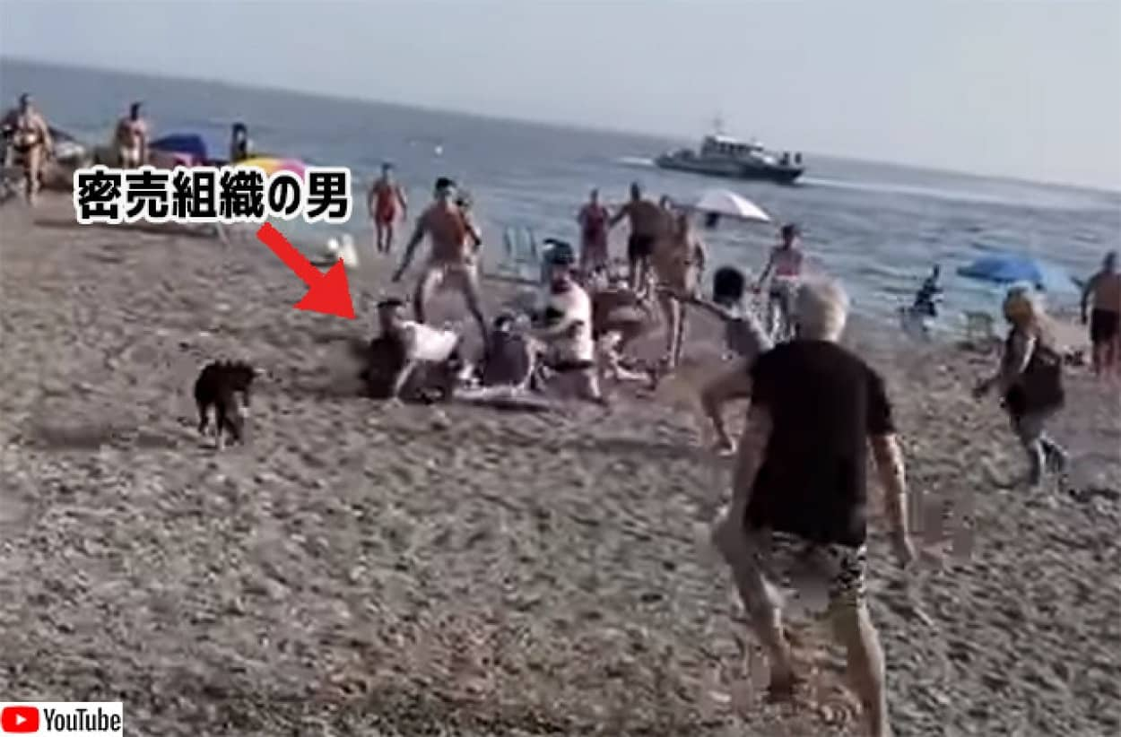 麻薬密売組織の男、浜辺に逃げ込み海水浴客らに取り押さえられる