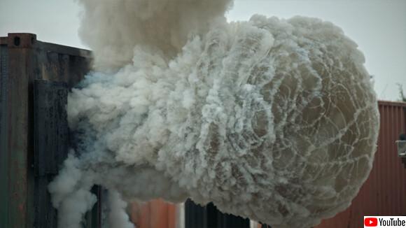 これは怖い!消防士も恐れる火災の現場で起きる爆発現象「バックドラフト」を再現する科学実験