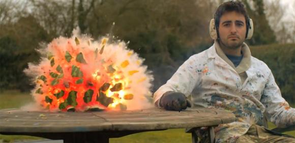 これぞスイカ爆弾。スイカが爆発する瞬間のスローモーション映像