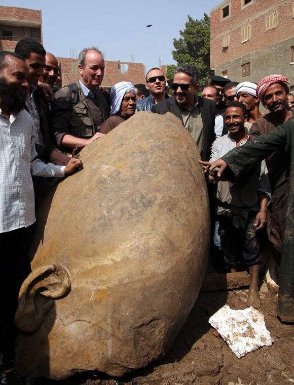 古代エジプト王、ラムセス二世なのか?カイロの住宅地から3000年前の巨大な像が発掘される(続報あり)
