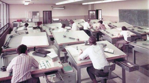 コンピューターで設計するツール「CAD」ができる前、製図台で図面を描いていたエンジニアたち