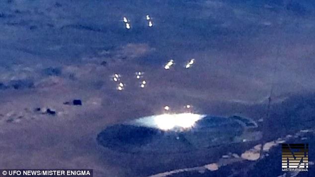 エリア51軍事基地周辺で飛行機から目撃されたキラッキラの発光体群