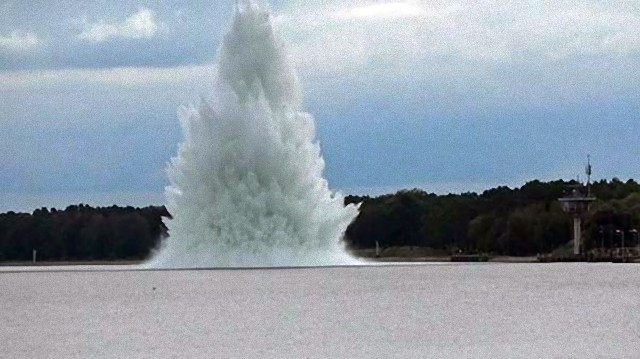 2.4トン級の不発弾を水中で爆破処理