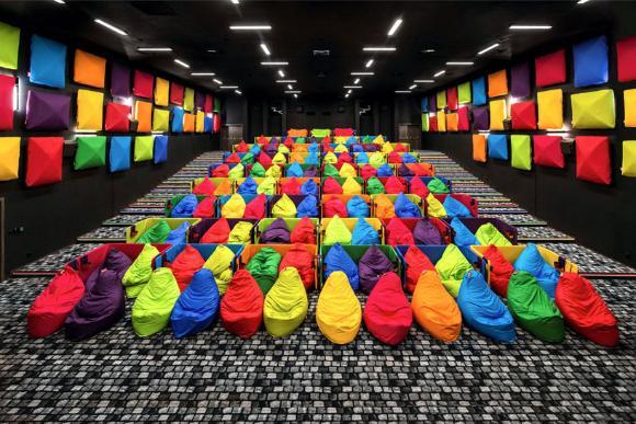 人をダメにするソファを全席配置。人をダメにする映画館がスロバキアに登場