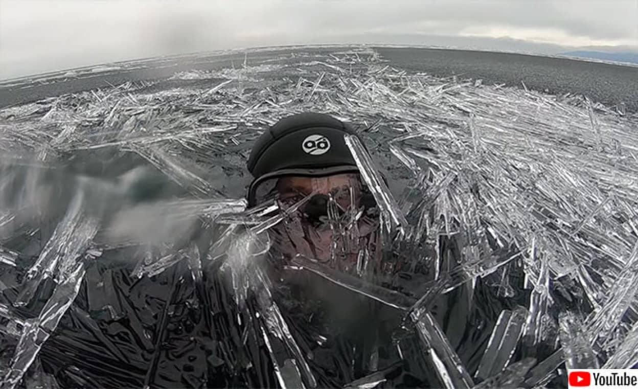 バイカル湖で針の山状態となった氷の中で泳ぐダイバー
