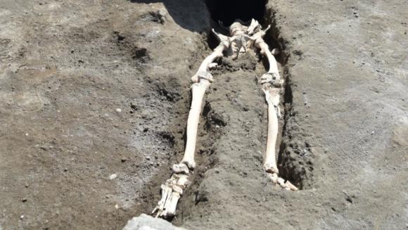 古代都市ポンペイで、火砕流で吹き飛ばされ岩石に押しつぶされた男性の遺体が新たに発見される(イタリア)
