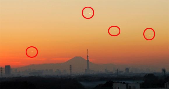 クリスマスの日、東京上空に謎の飛行物体が複数出現していた。