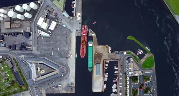 ミニチマすごい!巨大貨物船が狭い港に入稿するまでをタイムラプスで