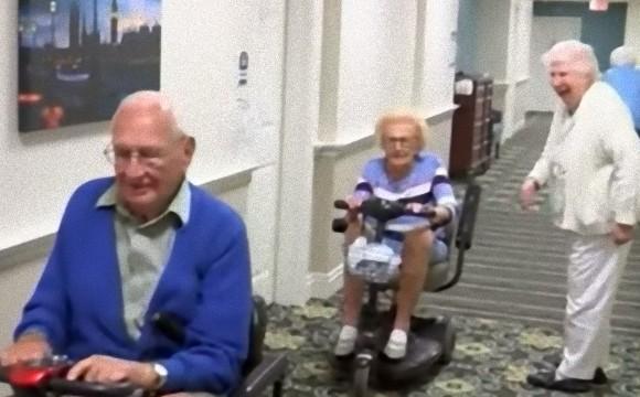 老人施設で100歳の男性と102歳の女性が恋に落ちて結婚。挙式を上げる(アメリカ)