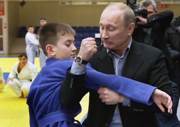 子供に柔道を指導するプーチン大統領