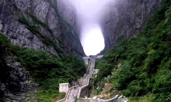 エクソシストの階段から、懺悔の階段、死の階段、天国の階段まで。一度はのぼりたい。世界11の魅惑の階段