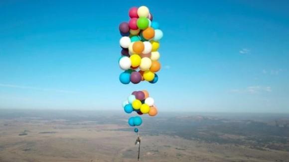 現代の風船おじさん、風船100個で空を飛ぶことに成功(イギリス)\t