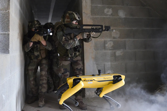 犬型ロボット「スポット」がフランスで軍事訓練に参加