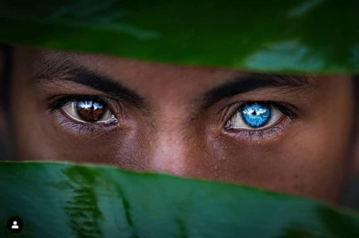 美しい青い瞳を持つインドネシアの部族