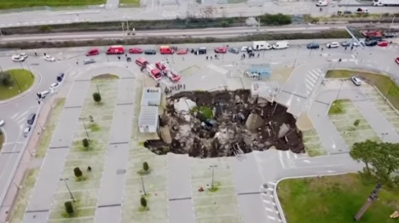 病院の駐車場に巨大な陥没穴