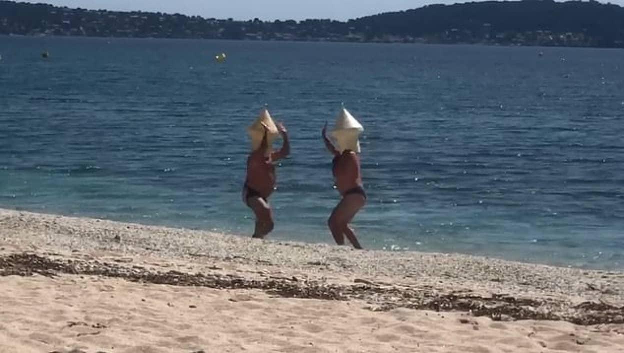ブイに偽装して海で遊ぶ男性