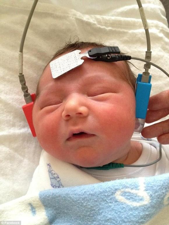 ラクランちゃんは耳に障害がある以外はいたって健康な男の子だ。