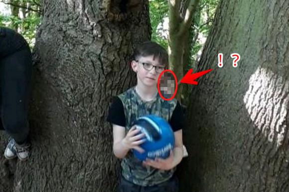 後ろの正面だ~霊?森の中で写真撮影していたら、息子の背後に、そこにいるはずのない謎の顔が映っていた件