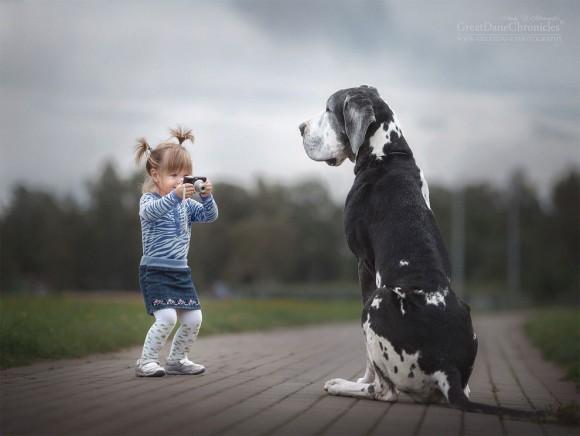 カメラを構える少女とおしゃれでかっこいい犬の壁紙