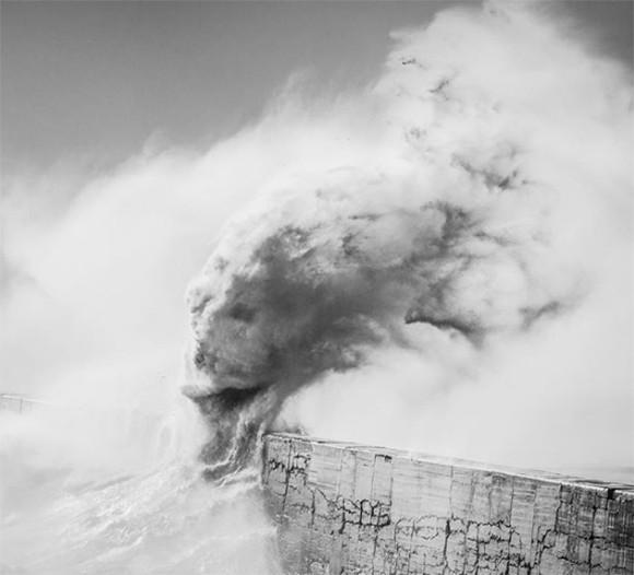 波の中に潜む神秘の生命体。荒波がクリーチャーを創造した瞬間をとらえた驚くべき写真(イギリス)