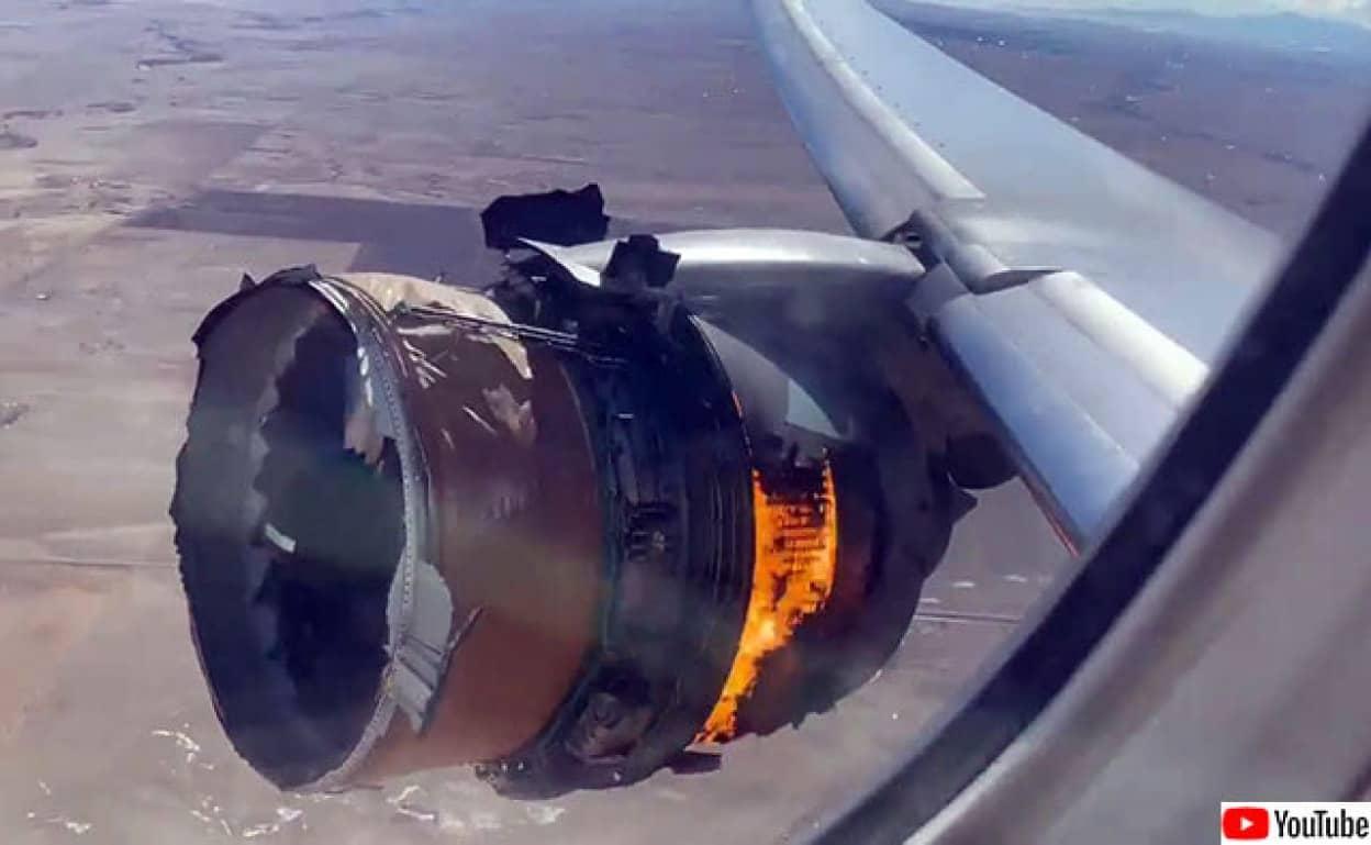 飛行機のエンジンが炎上し破片が住宅地へ